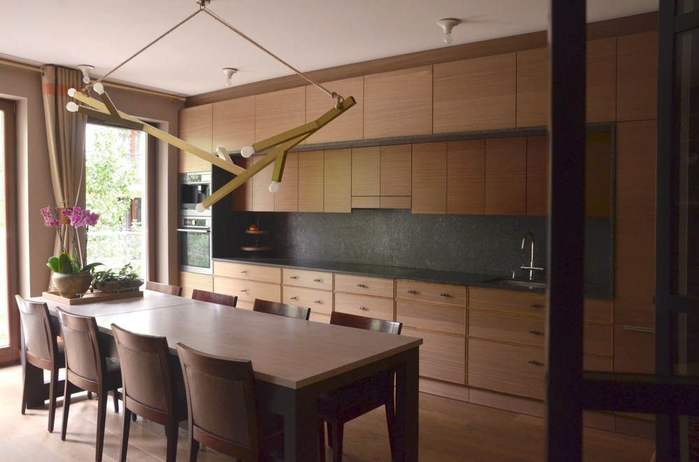 Olbrzymi stół w kuchni spełnia rolę wyspy