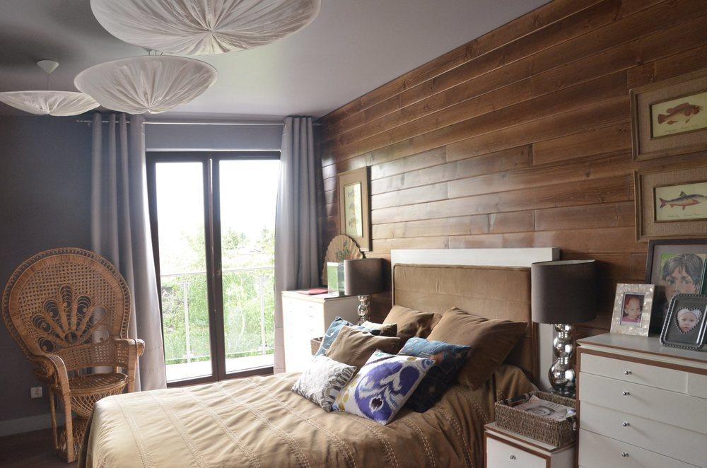 Bezowa sypialnia z deskowaniem na scianie.jpg