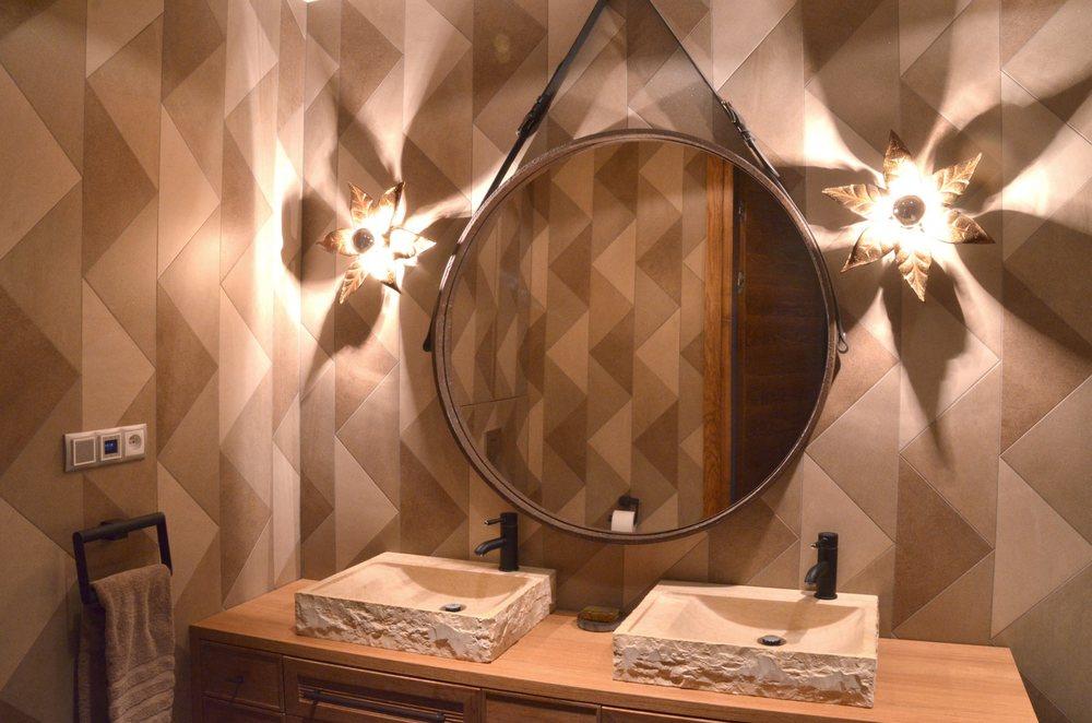 Duże lustro na skórzanych pasach robione było na zamówienie