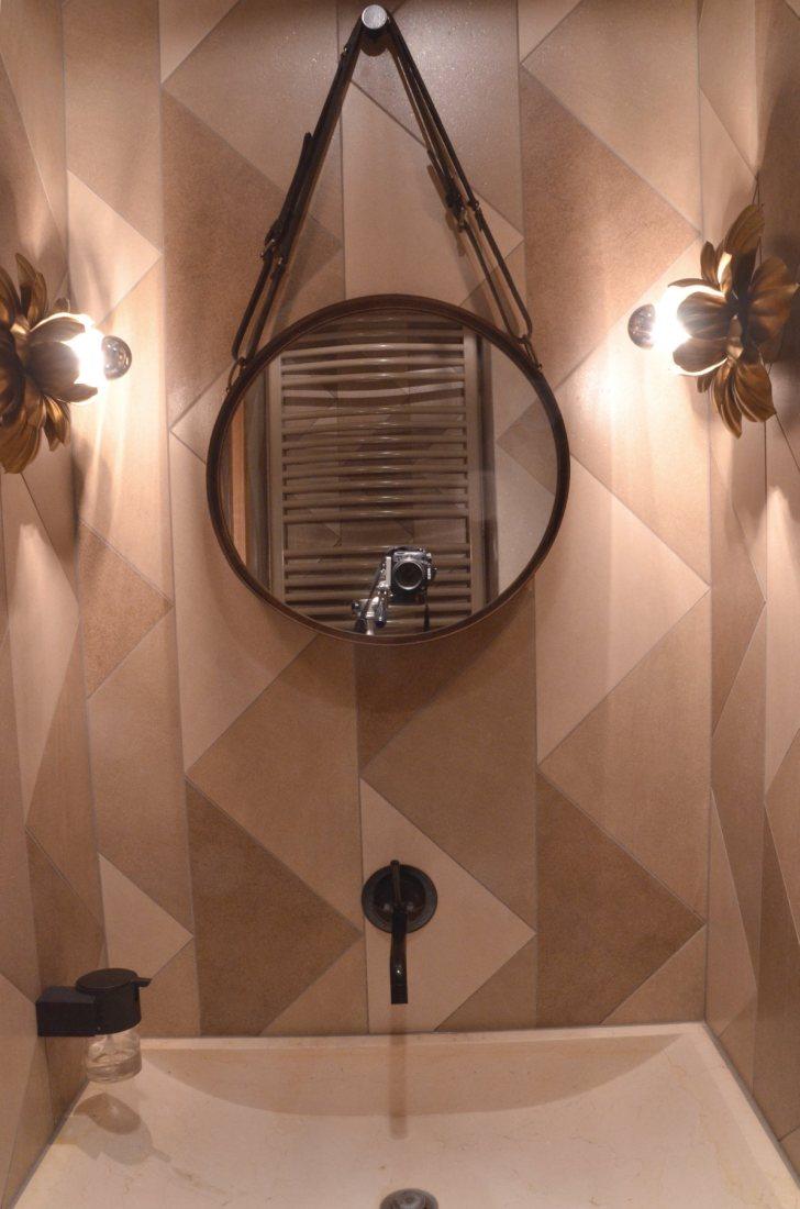 Wnętrze małej łazienki jest spójne z kolorystyką całego mieszkania