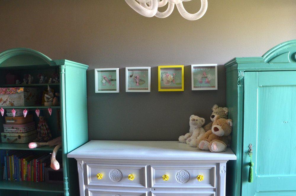 Projekt wnetrz szary pokoj dziecka ze starymi kolorowymi meblami.jpg