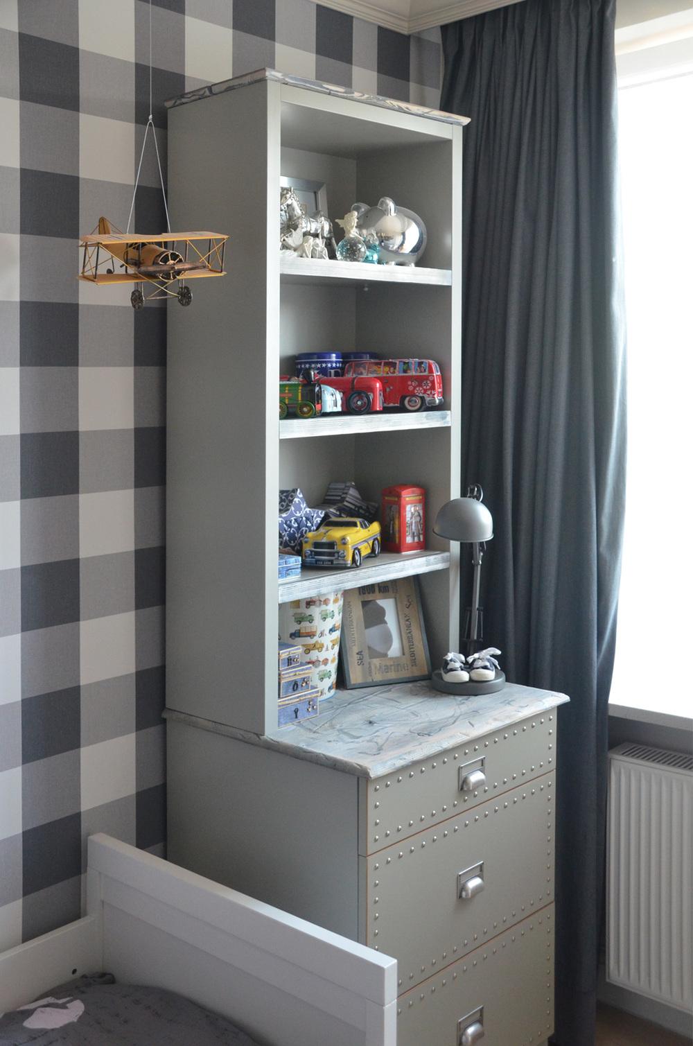 Zaprojektowany mebel szary kredens w pokoju syna.jpg