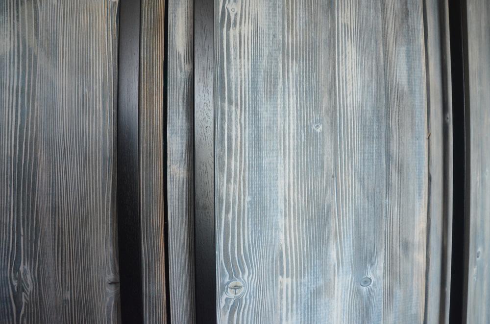 Szara bielona szafa z długimi czarnymi uchwytami.jpg