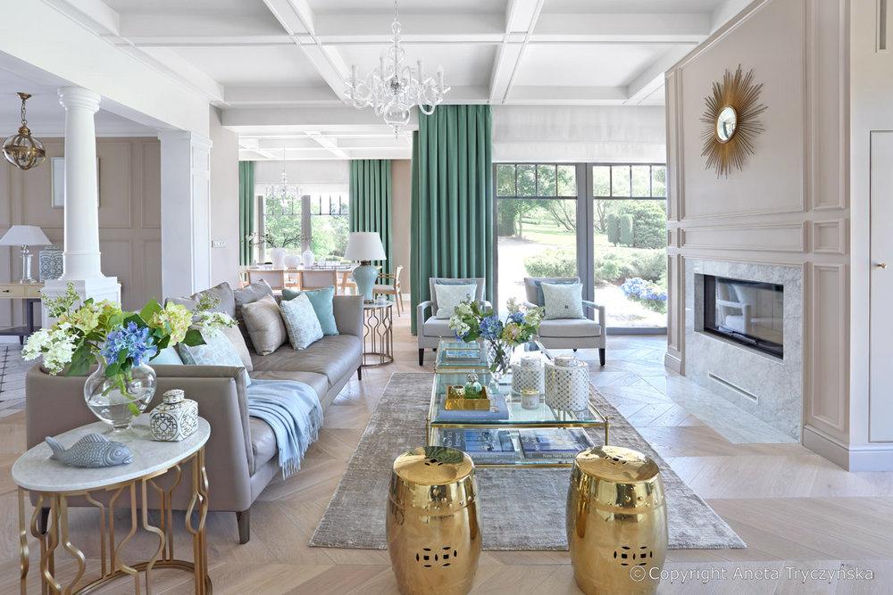 Jasny salon w eleganckiej rezydencji.jpg