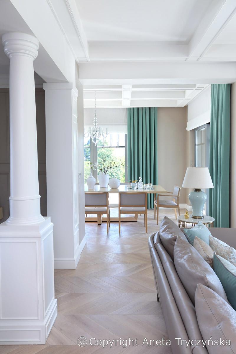 Kolumny w klasycznym wnetrzu mieszkalnym, rezydencja, salon.jpg