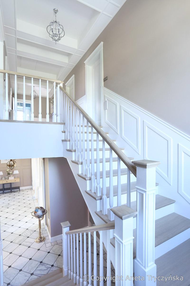 Biale schody elegancka klatka schodowa.jpg