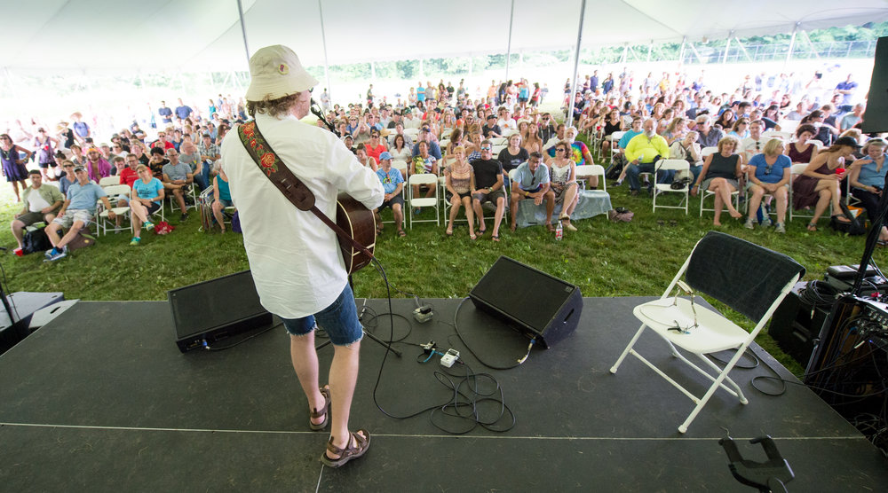 James Maddock holding court under the Chill Tent © 2017 Lynda Shenkman Curtis