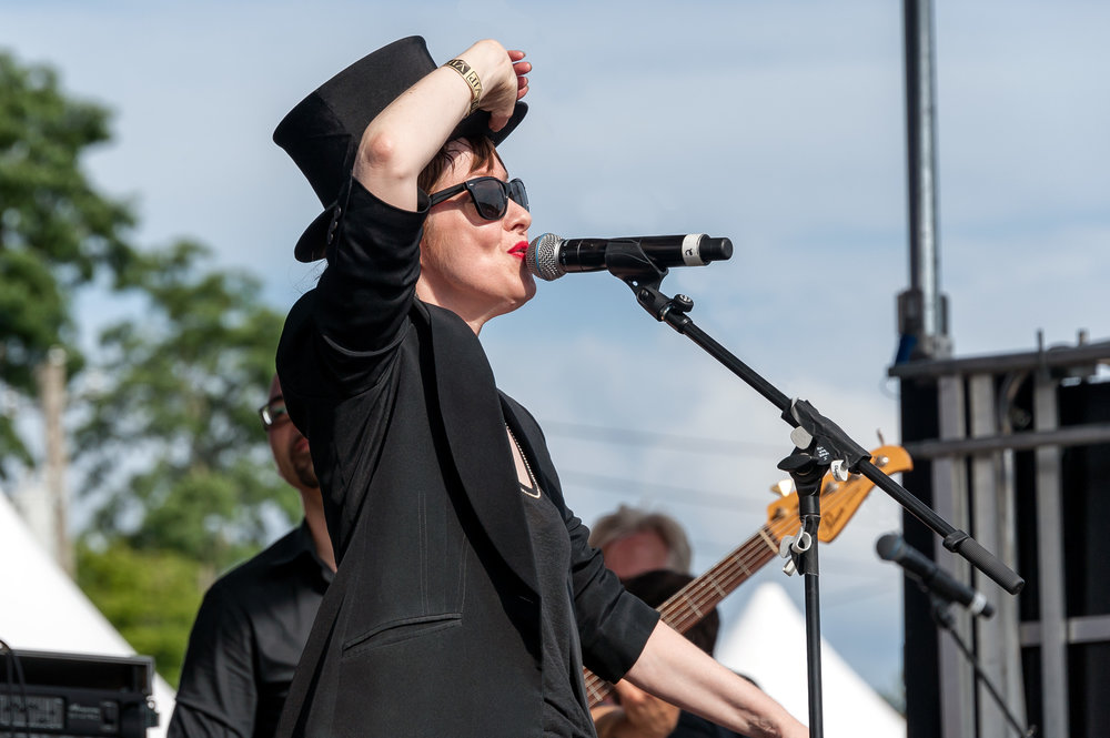 Suzanne Vega tipping her hat © 2017 Jonathan Cunningham