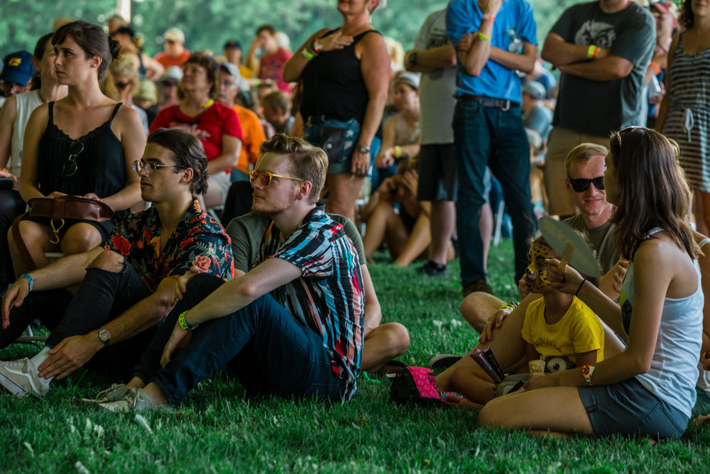 Chill Tent artists David Vogel (center-left) and Tim Stout (center) taking their turn as fans © 2018 Vladimir Kolesnikov