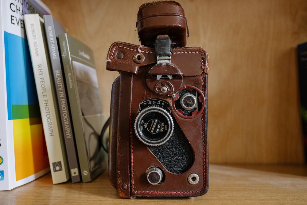 185 eest müügiks:   Rolleiflex T (75/3.5)   Rollei nahkvutlar   Rolleinar lähipildistamise läätsed (koos vutlariga)   Rollei varjuk (koos vutlariga)    6x6 formaadi kohta väga kerge ja mugav kaamera. Mindhästi teeninud viimased kümme aastat. Müün, kuna pildistan hetkel ainult digisse.  Tee endaleaegumatult võluvkingitus;)