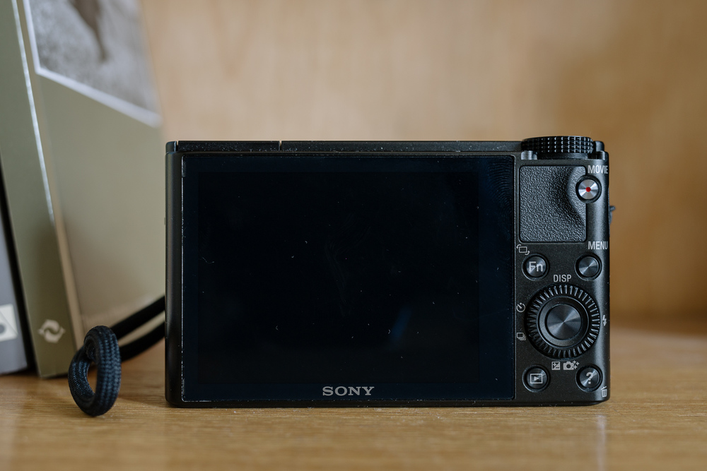 Müügiks imeväike Sony RX100.   - Väga heas seisukorras (4000 kaadrit) Sony RX100   - Kolm akut (hästi pidav originaal ja kaks kasutamata koopiat)   - Randmepael   - Hästi istuv mustast kunstnahast vutlar   - Kogu müügipakend      Blogi kaudu kuulutuse nägijale hind vaid 240;)