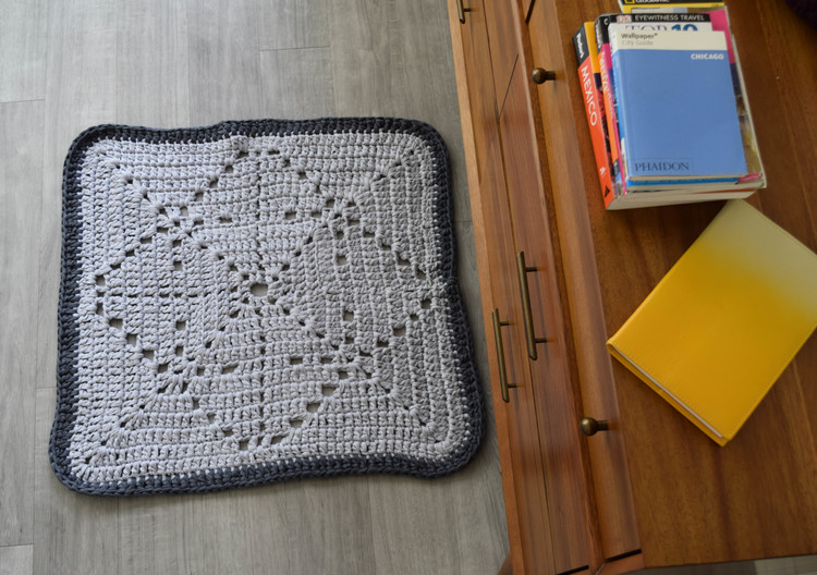 ganxxet quare rug made from fabric yarn