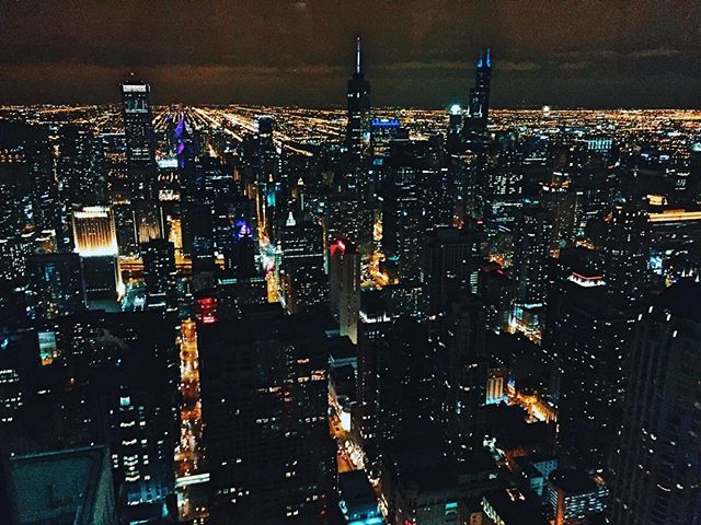 When views like this make me swoon, I know I'll always be a city girl 😍 #cityscape #chicago #travelblogger #travel #birthdayweekend