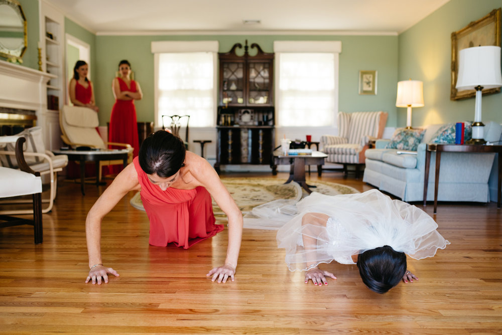 fun bride going pushups fun getting ready ideas