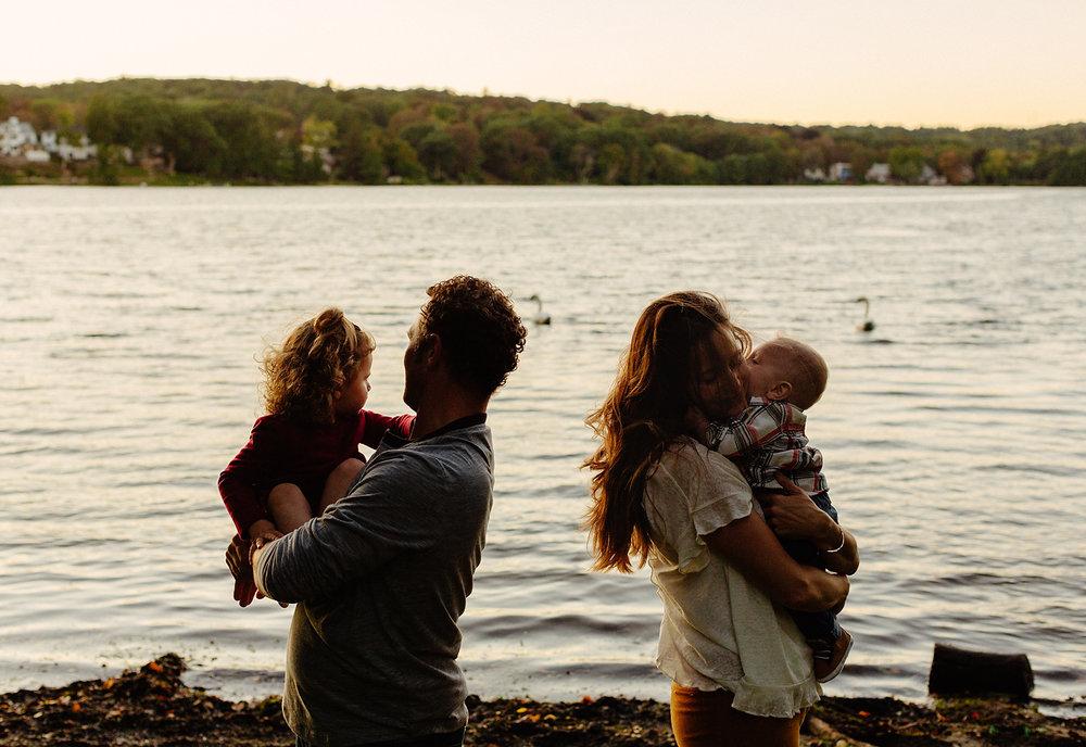 lifestyle family photos on the lake