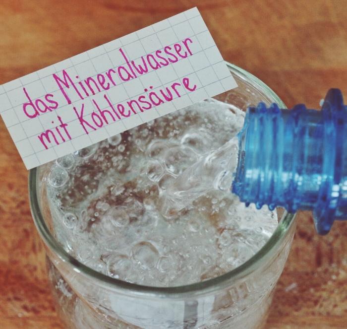 das Mineralwasser mit Kohlensäure