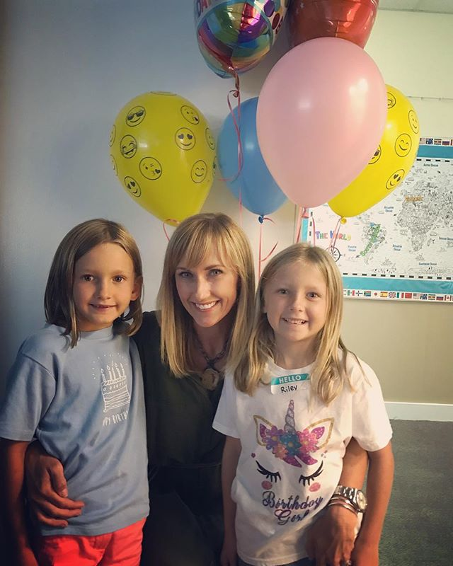 Great start to a celebration weekend! 🎂🎉🍎👯‍♀️✏️🎉🦄🧚‍♀️ First day of first grade, cupcakes with our class and turning 7 tomorrow!! These girls are my ❤️ #cooperandriley #twinsies #bayelementary #firstgrade #turning7 #birthdayweekend
