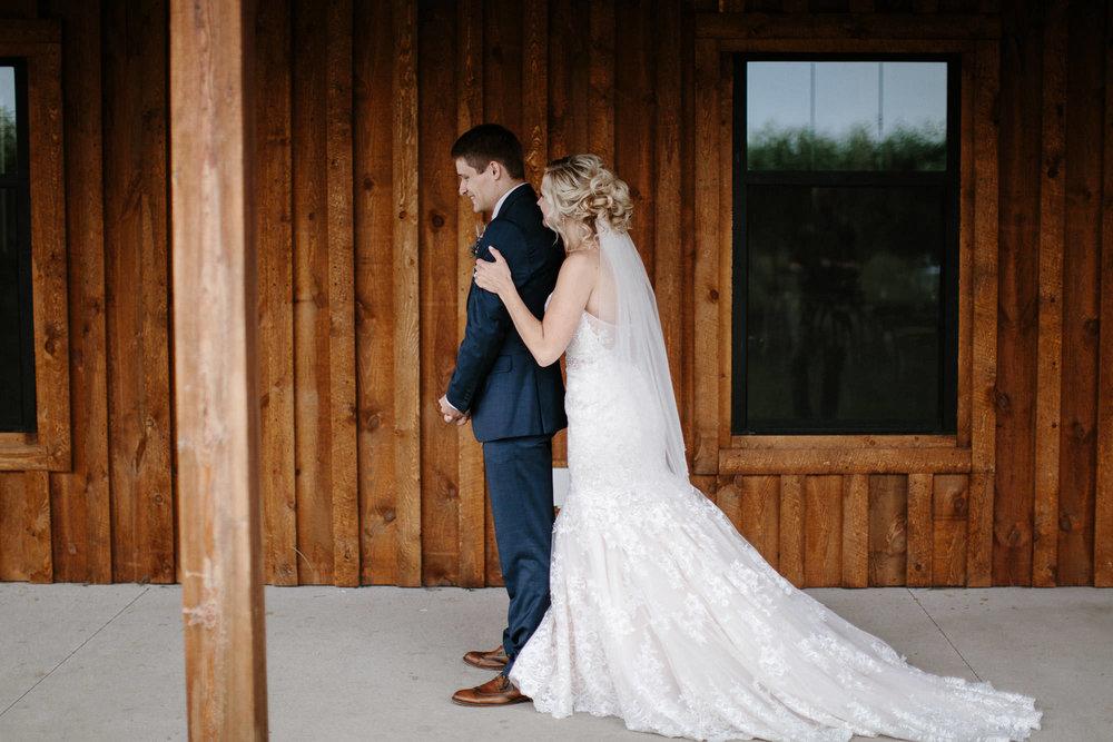 meadow-barn-wedding-sioux-falls-south-dakota-romantic-adventerous-michael-liedtke-photography019.jpg