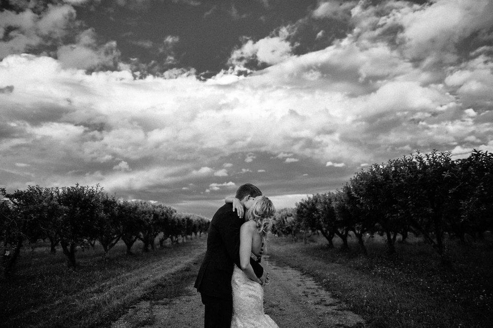 meadow-barn-wedding-sioux-falls-south-dakota-romantic-adventerous-michael-liedtke-photography093.jpg