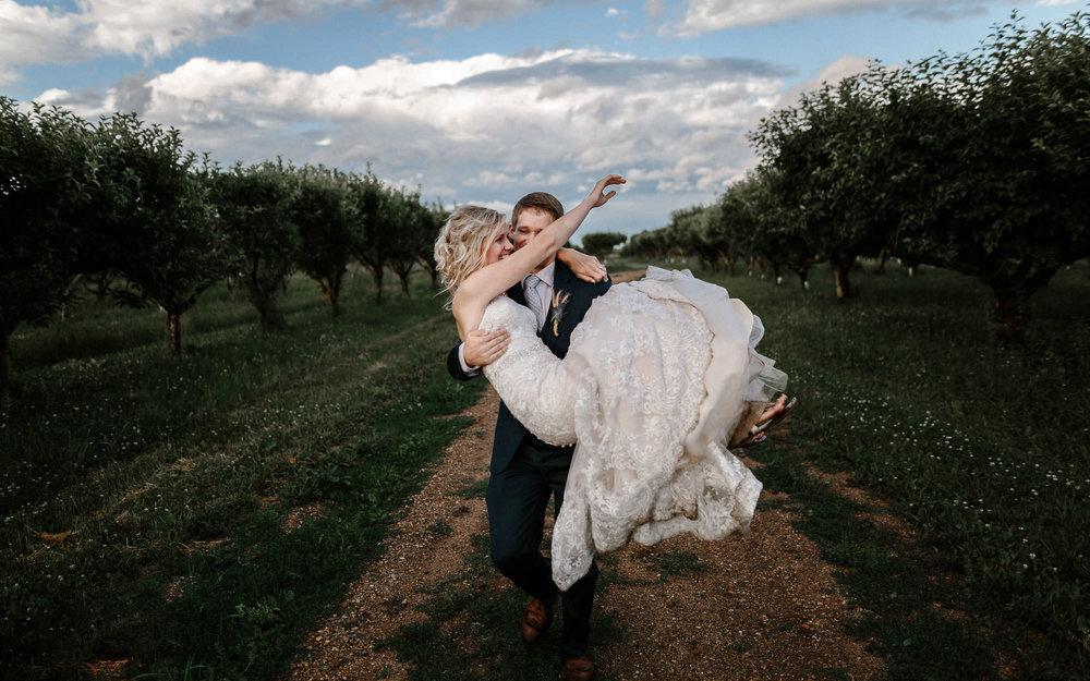 meadow-barn-wedding-sioux-falls-south-dakota-romantic-adventerous-michael-liedtke-photography105.jpg