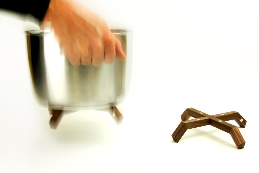 Bleibt haften   Die im Untersetzer integrierten Magnete sorgen dafür, dass sich Deine Töpfe oder Pfannen mit TOPFBEIN verbinden. Verbrennungen von empfindlichen Oberflächen wie Holz, Kunstharz oder Lack sind somit ausgeschlossen . Wohin Du auch gehst, TOPFBEIN geht mit.