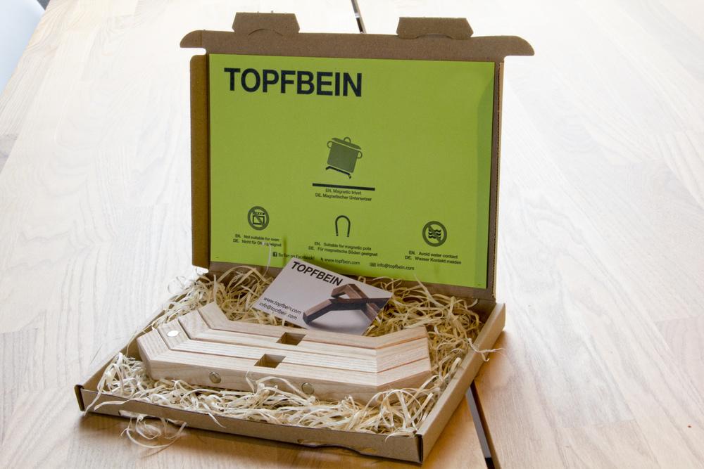 Liebevoll verpackt  So durchdacht wie Topfbein selbst ist auch die Verpackung. Stilgerecht verpackt und eingelget in Holzwolle kommt Topfbein zu Ihnen nach Hause. Das perfekt Geschenk, dem nur noch die Schleife fehlt.