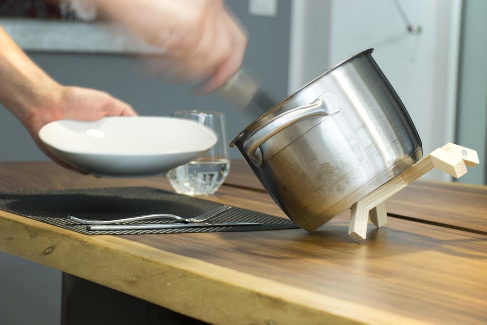Bis zum letzten Tropfen  Das durchdachte Design von TOPFBEIN ist nicht nur ein Hingucker in jeder Küche und auf jedem Tisch sondern ermöglicht zusätlich die Funktion den Topf schräg stellen zu können. Mühelos können so die letzte Suppen- und Saucenreste entnommen werden.