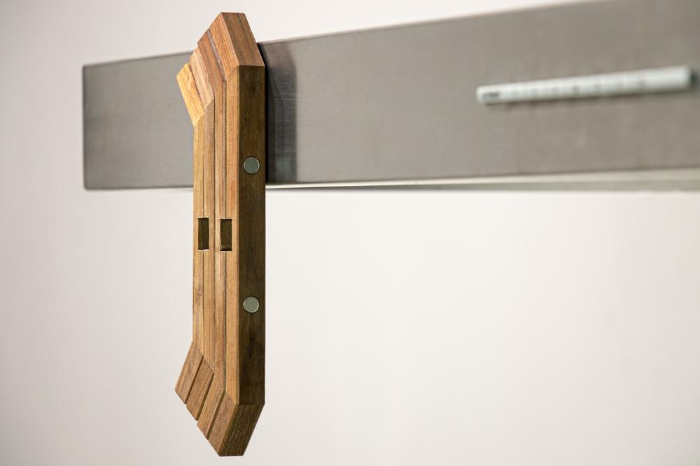 Sofort bereit  Durch den seitlich integrierten Magneten kann TOPFBEIN flach an Kühlschränken oder Dunstabzugshauben positioniert werden. Hierdurch ist TOPFBEIN mit nur einem Handgriff einsatzbereit.