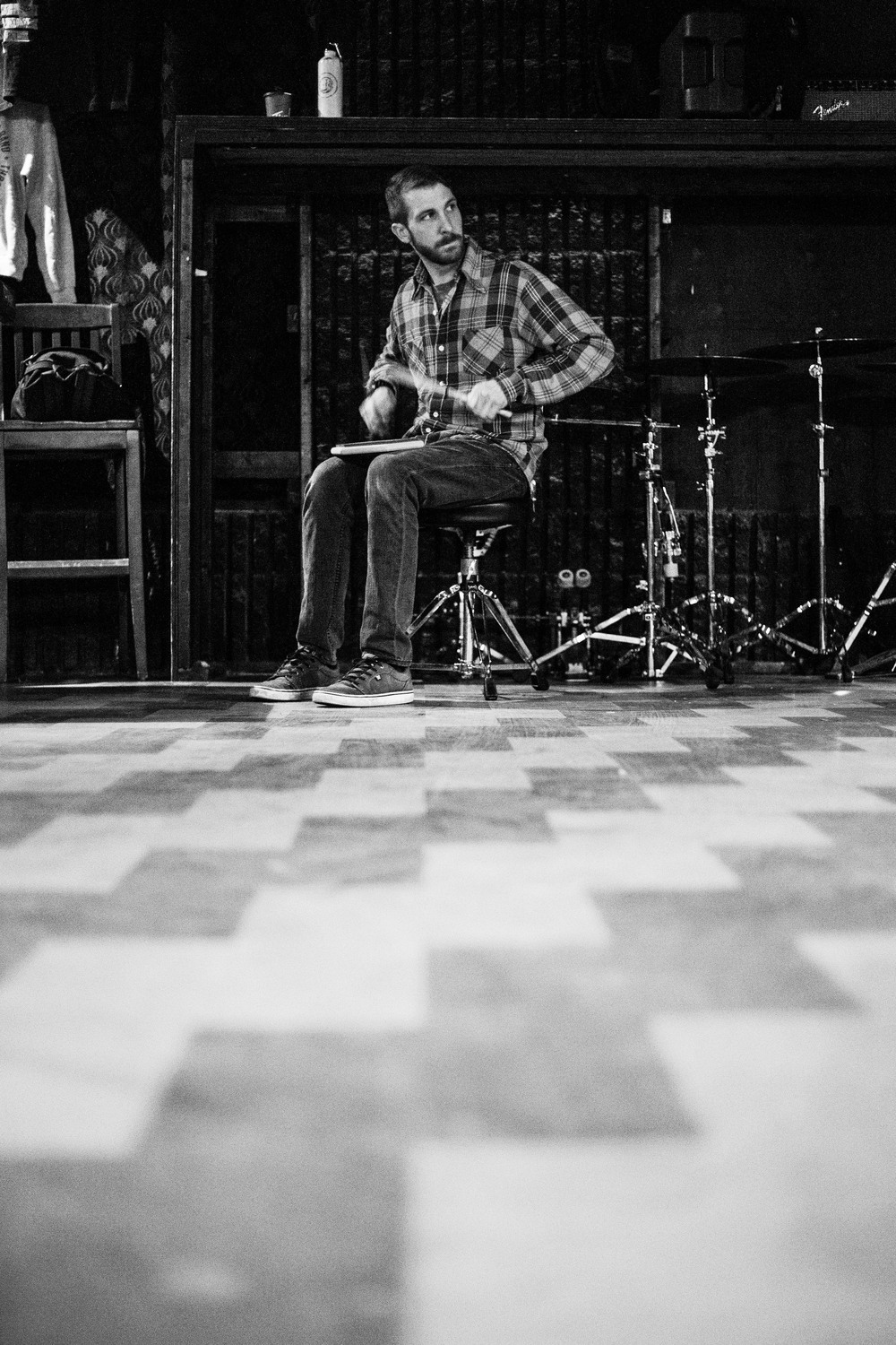 Steve Gibson warms up before the show at the Hard Luck Bar  in Toronto, Ontario,   Wednesday April 6, 2016.