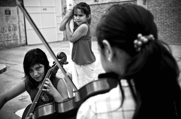 THE OPEN STRING SUPPLIS STRINGS TO STUDENTS OF THE Escuela orquesta barrio Ludueña in ROSARIO, ARGENTINA - PHOTO BY MATIAS SARLO