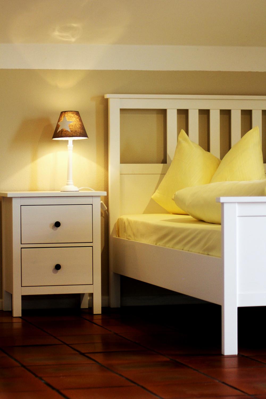 Zimmer Apartment Bett.jpg
