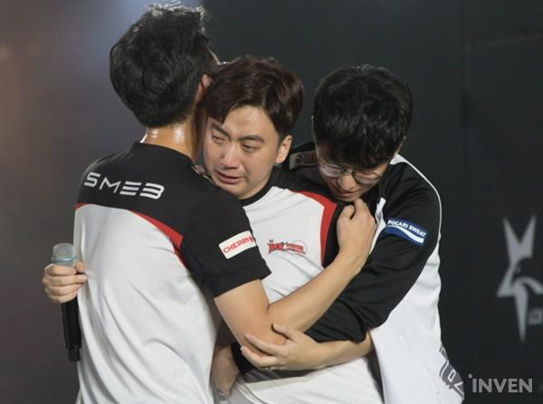 "Go ""Score"" Dong-bin being embraced by his teammates after the win (Credit: Inven Global)"
