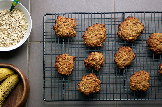 Oat, almond and banana cookies