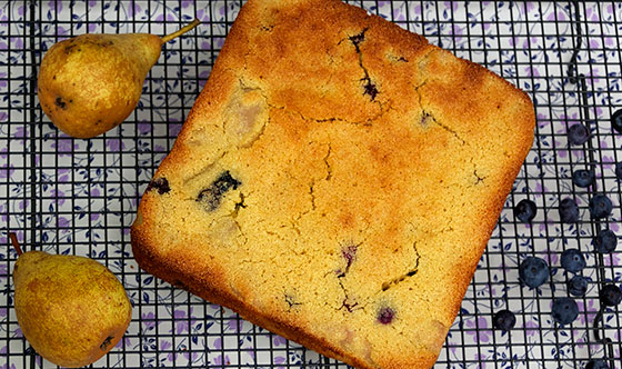 Spiced pear and blueberry semoline cake recipe