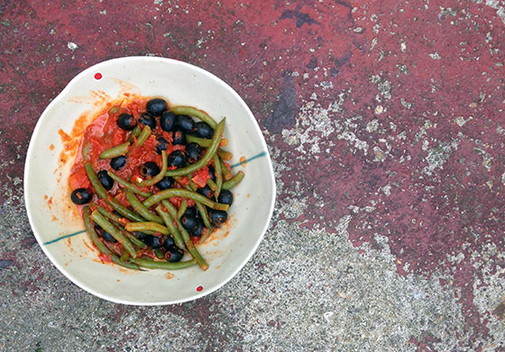 Green beans with tomatoes and black olives