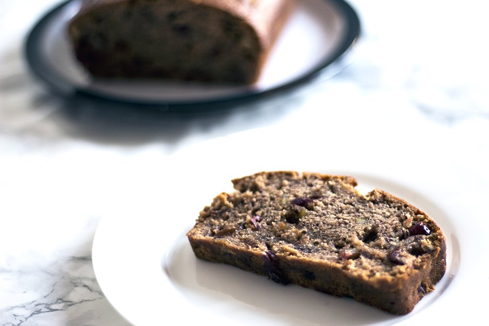 Vegan-banana-bread-recipe-with-christmas-spices-dried-cranberries