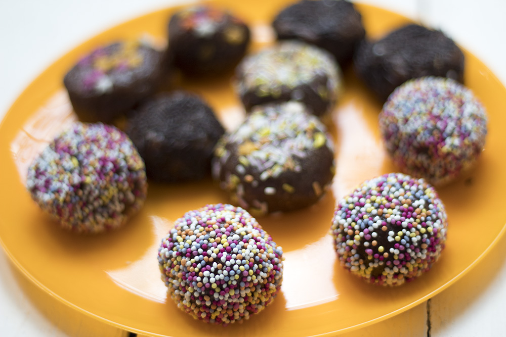 These-raw-brownie-cake-pops-are-perfect-healthy-kids-party-food