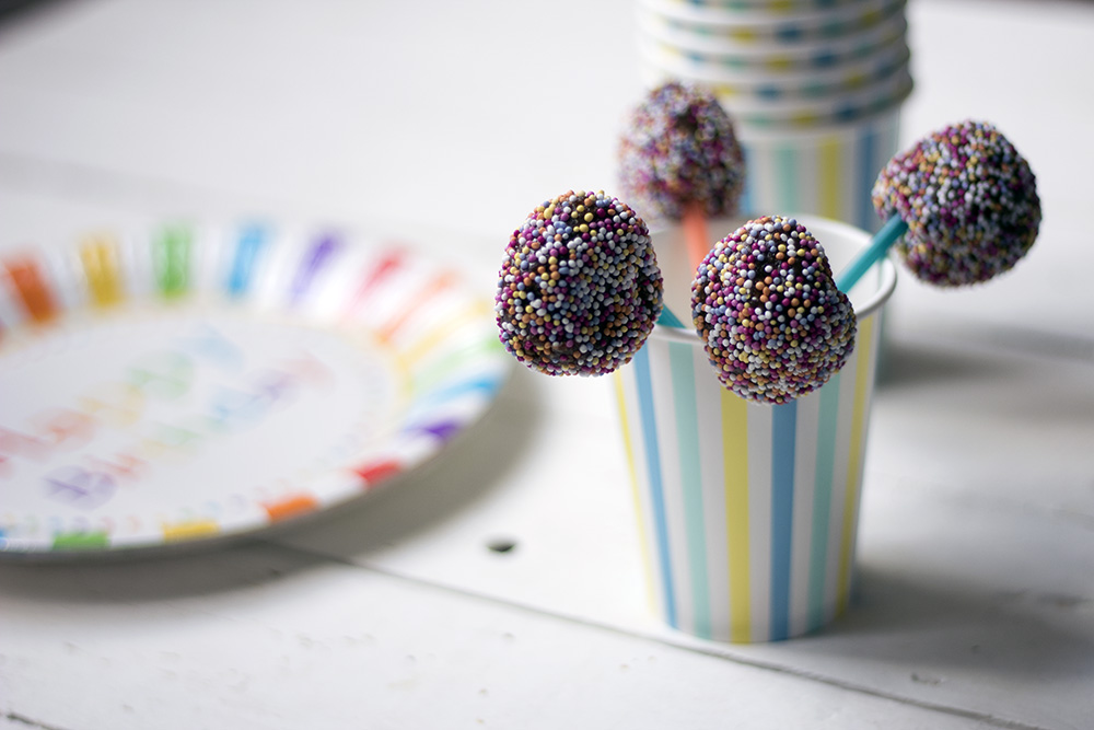 Raw-brownie-chocolate-cake-pops-healthy-kids-party-food