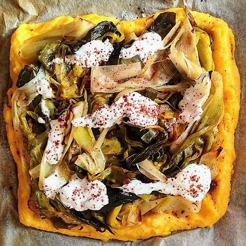 polenta-pizza-leek-yoghurt-sumac