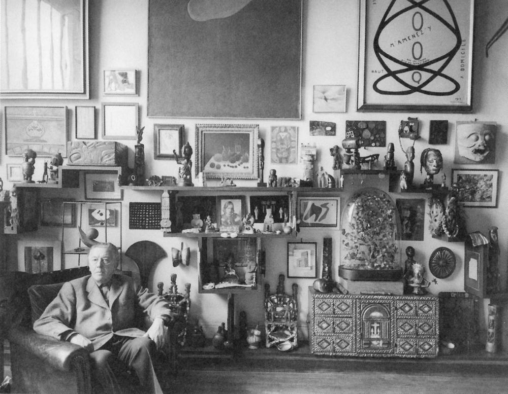André Breton nel suo appartamento a Parigi, 1955 - foto tratta da L'Oeil , Parigi. ©Sabine Weiss/Gamma-Rapho/Getty Images