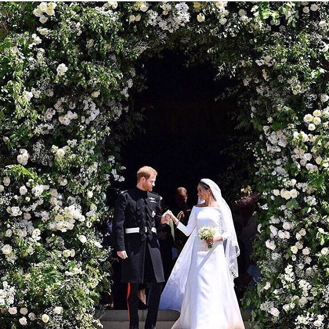 The florals on the front of and inside of St. George's were amazing!  Beautiful work @phillipacraddock and team!!!! What an installation! ❤️❤️❤️🙌🏼🙌🏼🙌🏼. Photo: repost from @voguemagazine #royalwedding