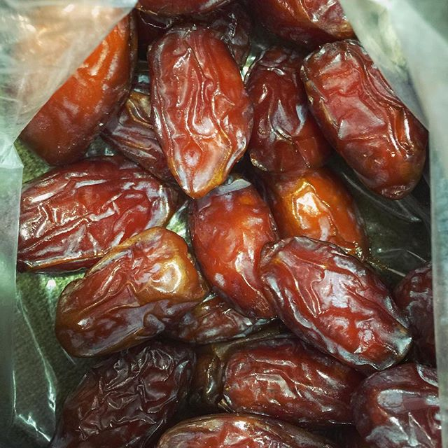 Yummy juicy medjool dates - a travelers best friend ✈️
