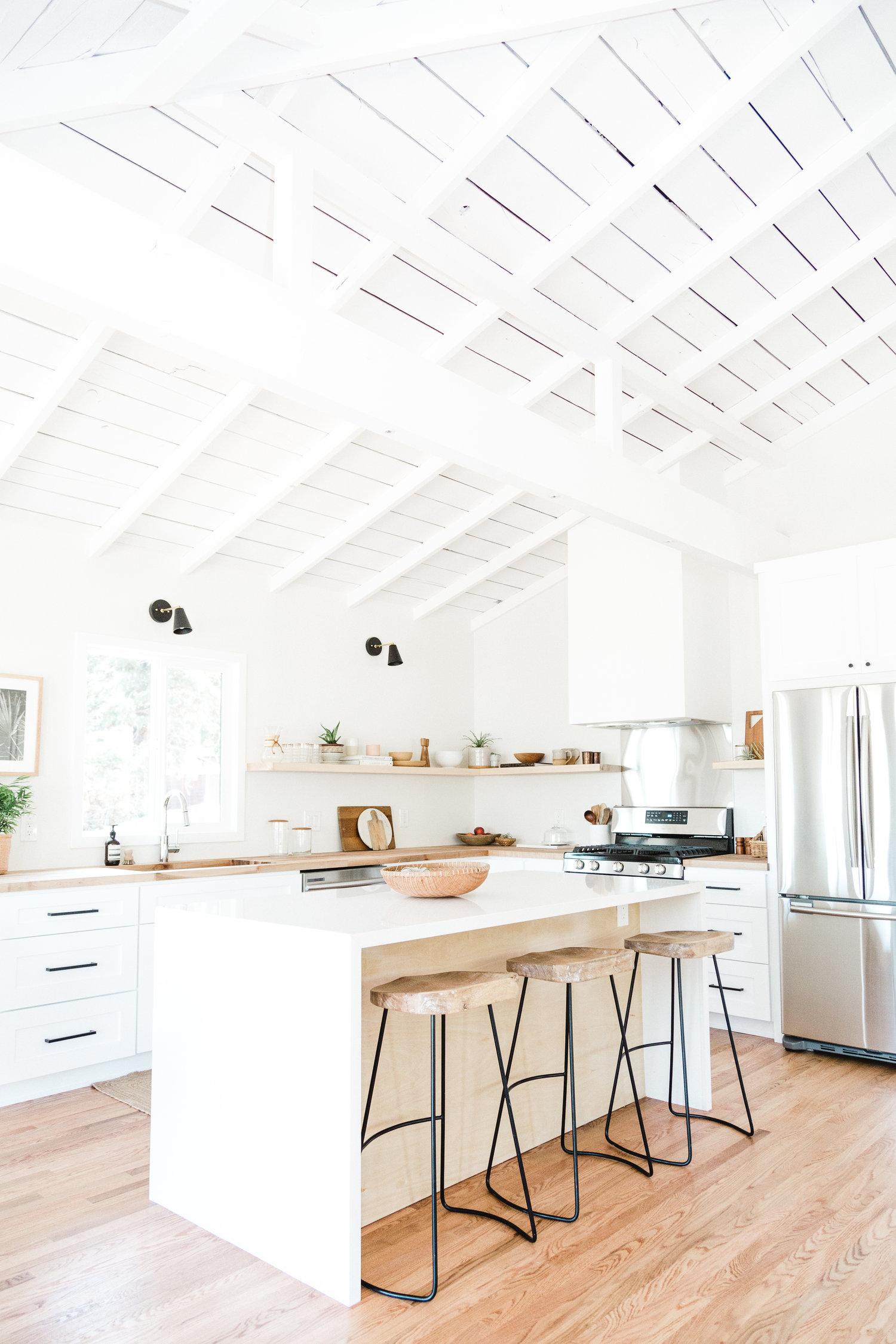 witte keuken met houten accenten