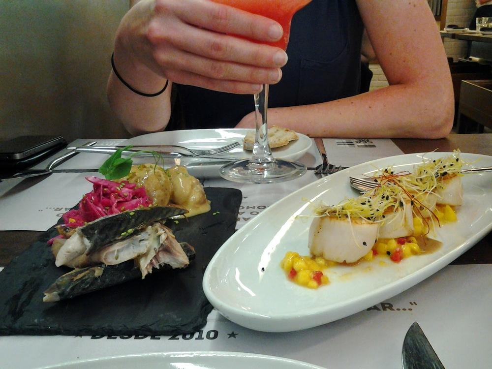 Entradas:Cavalafumada com alecrim, salada de batata, couve roxa e laranja &Vieirascoradas com tártaro de manga e flor de sal.