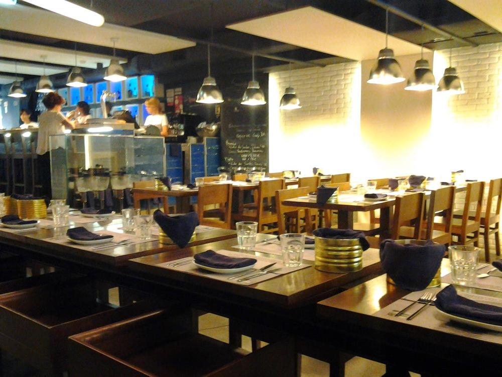 Como a minha companhia era uma amiga de Londres (e lá jantamos sempre cedo) quando chegamos o restaurante estava praticamente vazio: eramos nós e dois casais de estrangeiros. Meia hora depois, estava com acrowdperfeita.