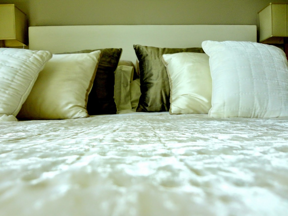 Uma Marie Antoinettecontemporânea adoraria atirar-se para cima desta cama cheia de almofadas delicadas e sumputosas - ADORO!   (Quarto desenhado pela Sá Aranha Vasconcelos)