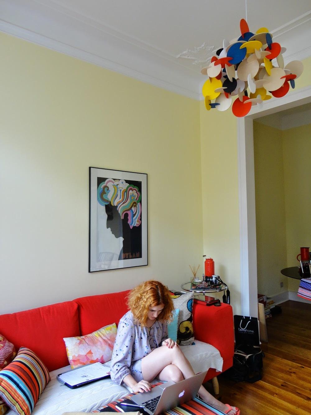 A sala (e a Inês) com um print original de Milton Glaser com Bod Dylan e o candeeiro de tecto da  Normann Copenhagen.