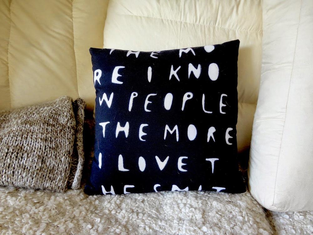 O sofá confortável, as mantas fofinhas e o sarcasmo elegante de Wasted Rita. Percebes agora quando digo que a casa da Filipa é o seu retrato? Que é rebelde, meiga, romântica e calma?