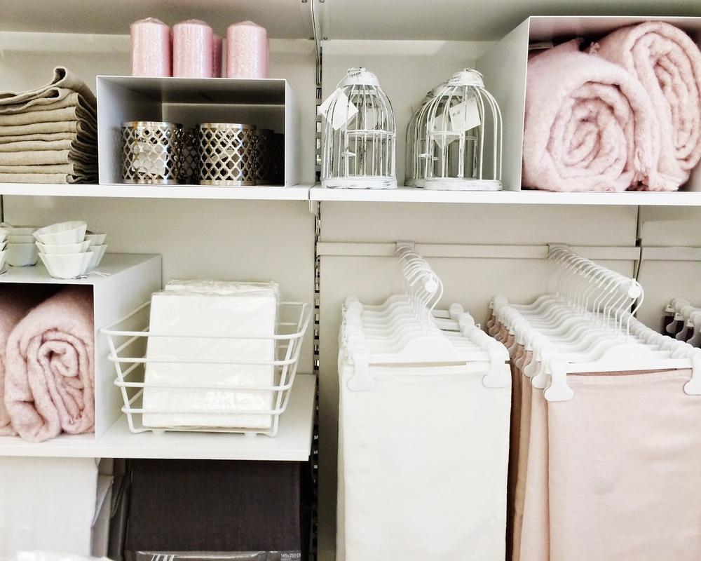Um toque mais delicado, almofadas e mantas para casas mais girlish.