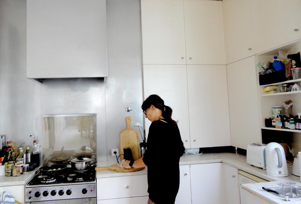 a tal massa chinesa com ingredientes italianos e manjericão acabadinho de apanhar do vaso que exibe à janela.